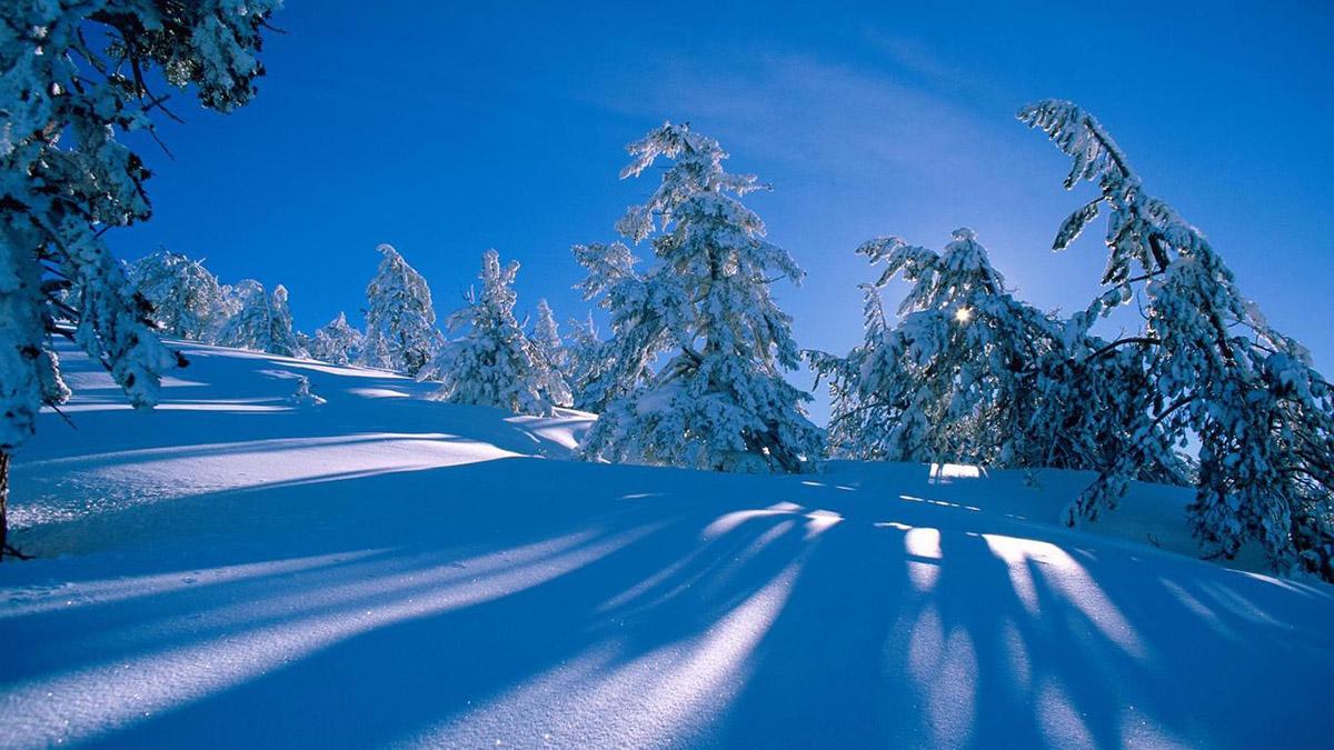 восход солнца в зимних Карпатах
