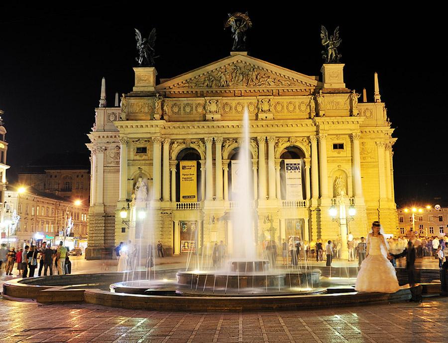 Львовский Оперный театр ночью