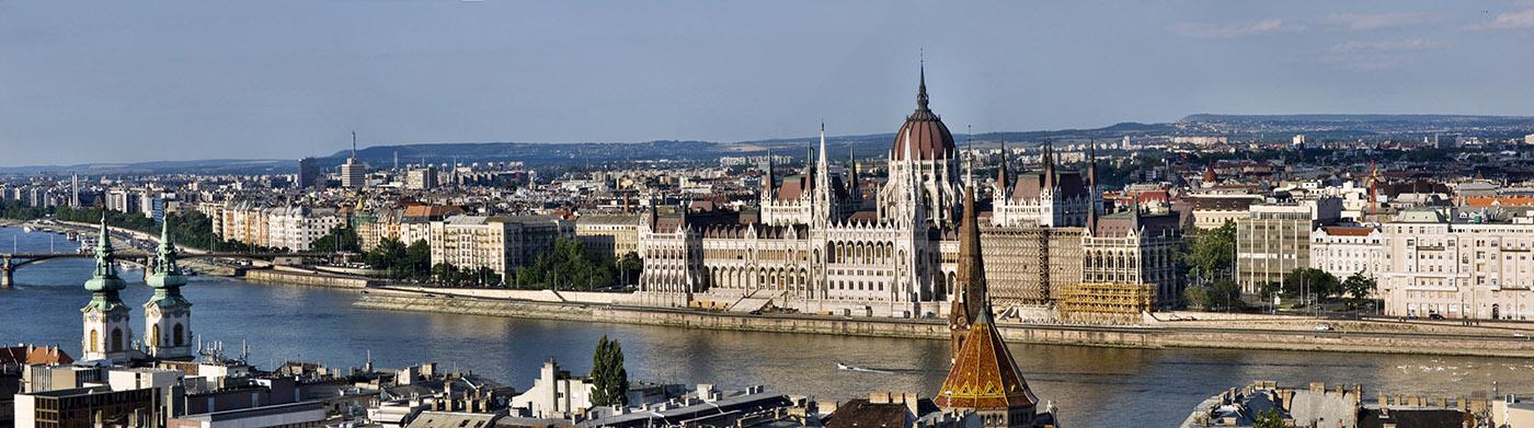 вид на Пешт с Рыбацкого бастиона, парламент Будапешта (панорама)