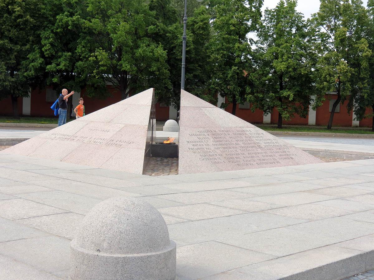 Мемориал погибшим воинам Вечный огонь. Якорная площадь, Кронштадт