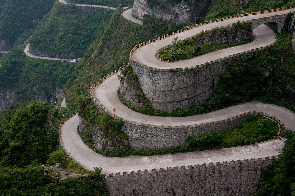 извилистая дорога в нацпарке Тяньмыньшань, Китай