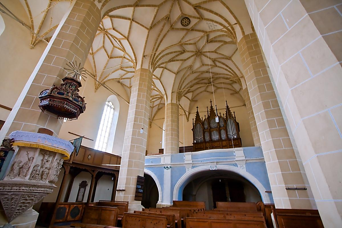 церковь-крепость Бьертан, интерьер