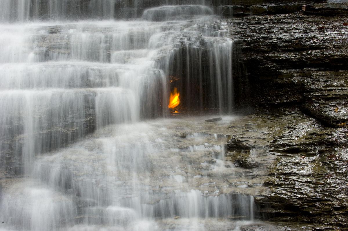 Водопад вечного огня в Нью-Йорке