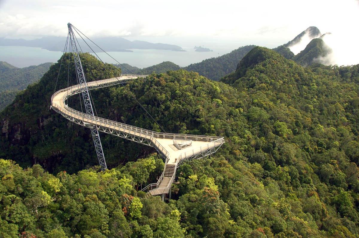 пешеходный мост на горе Гунунг Мачинканг