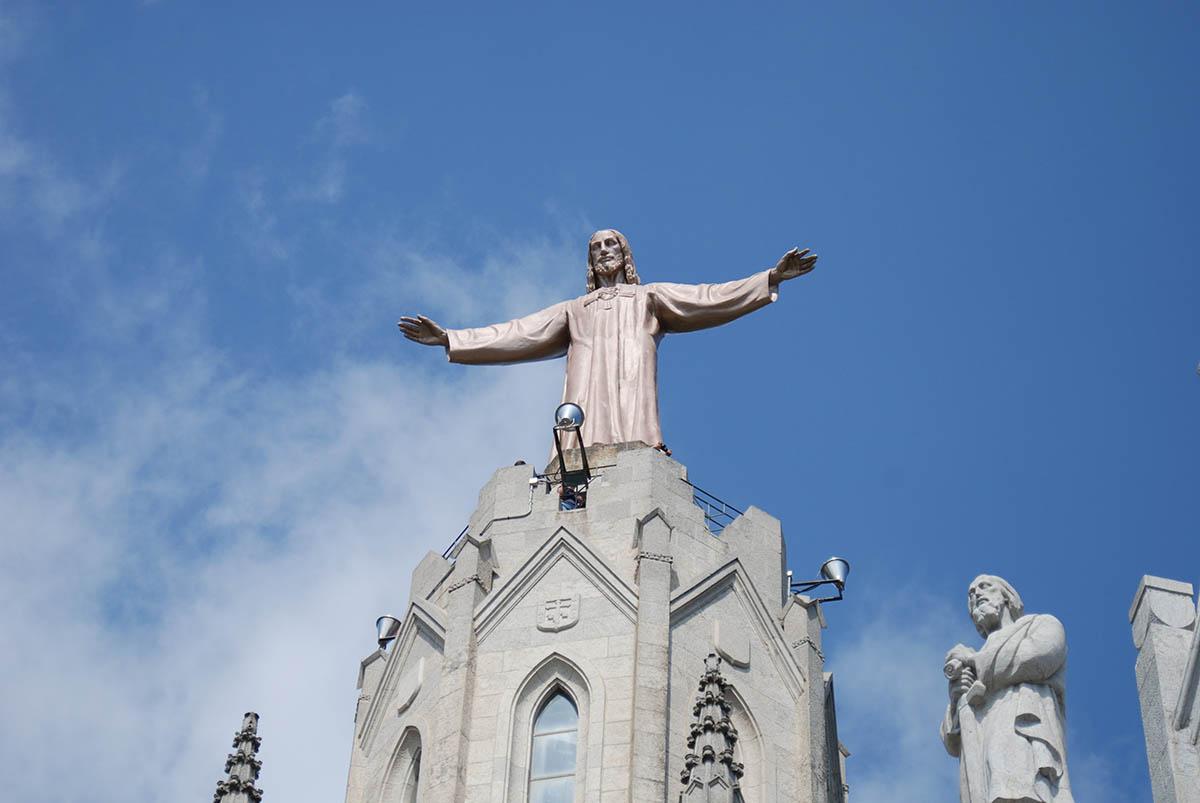 статуя Христа на храме Святого Сердца