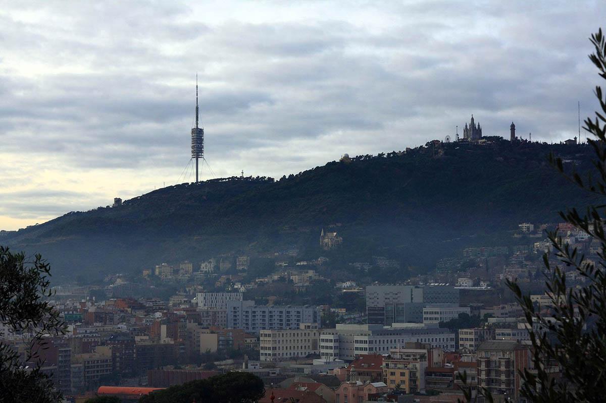 вид на гору Тибидабо в Барселоне
