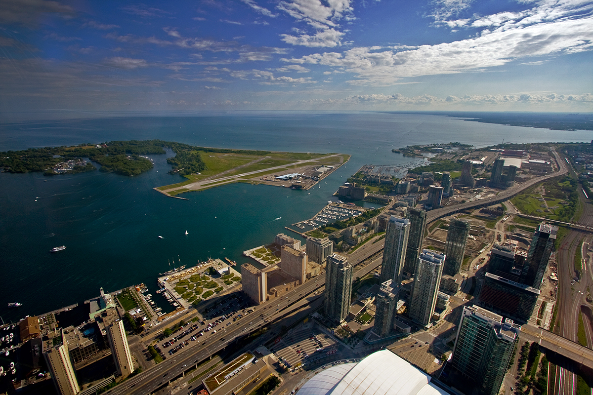 вид с CN Tower на озеро Онтарио