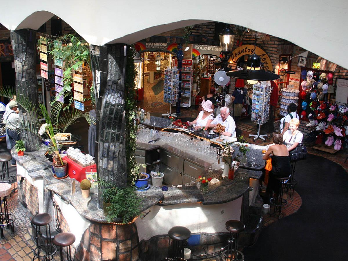 Дом Хундертвассера, бар и магазин