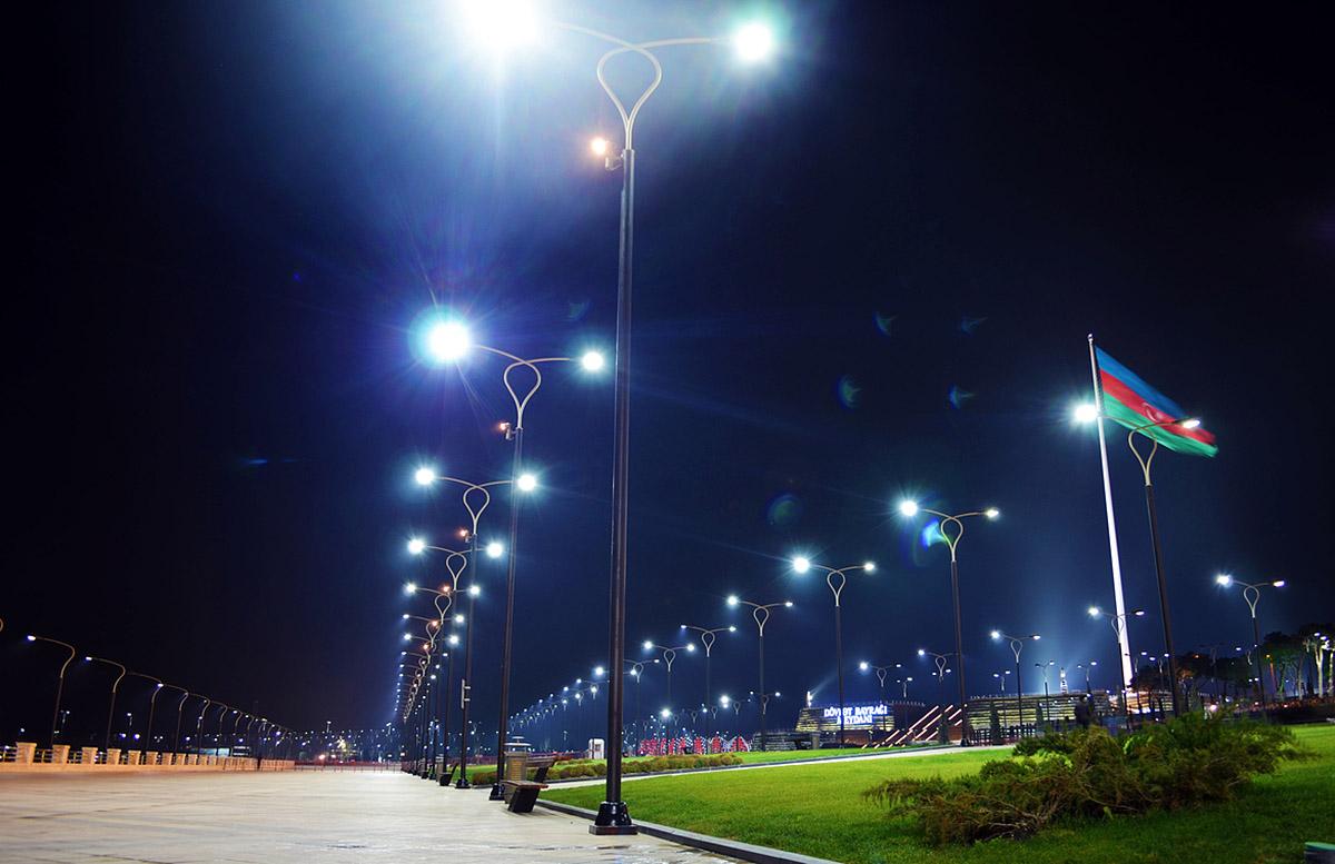 Нацпарк Бульвар в Баку ночью