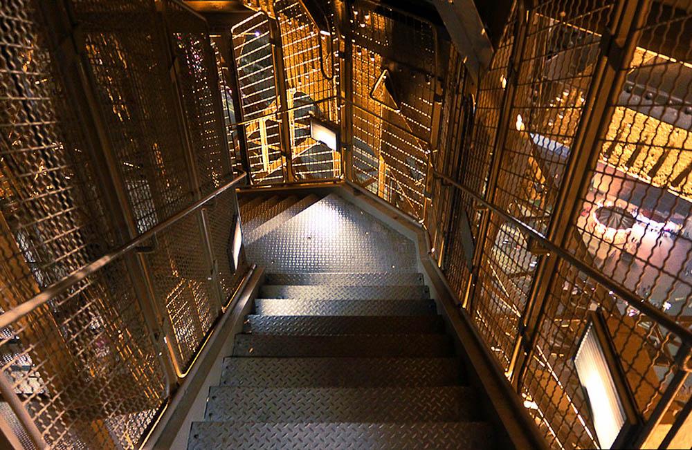 спуск с Эйфелевой башни по ступенькам