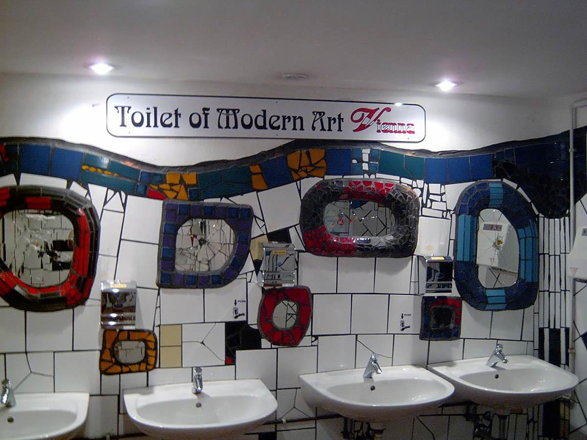 туалет в доме Хундертвассера