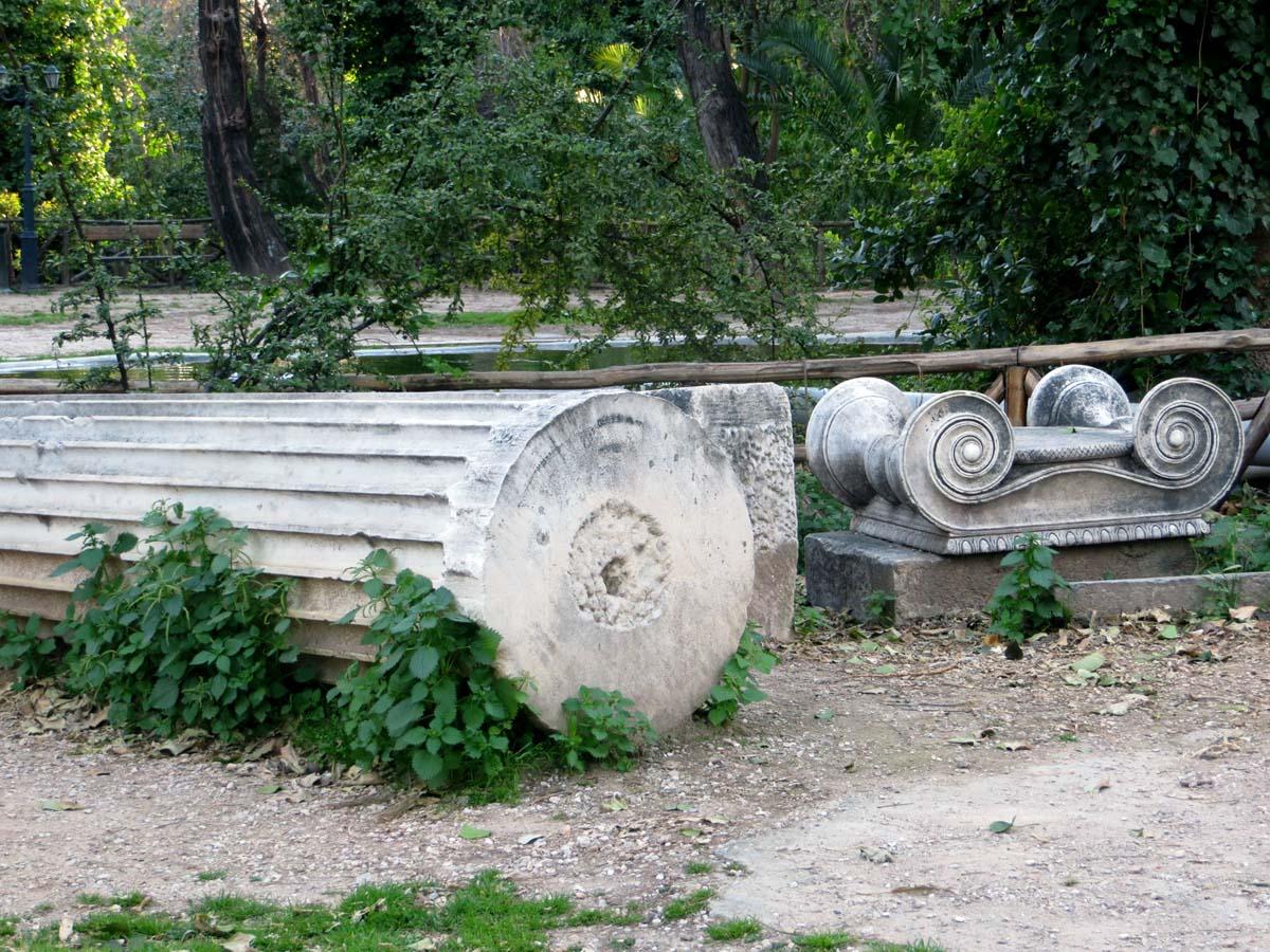 античные развалины в Национальном саду Афин