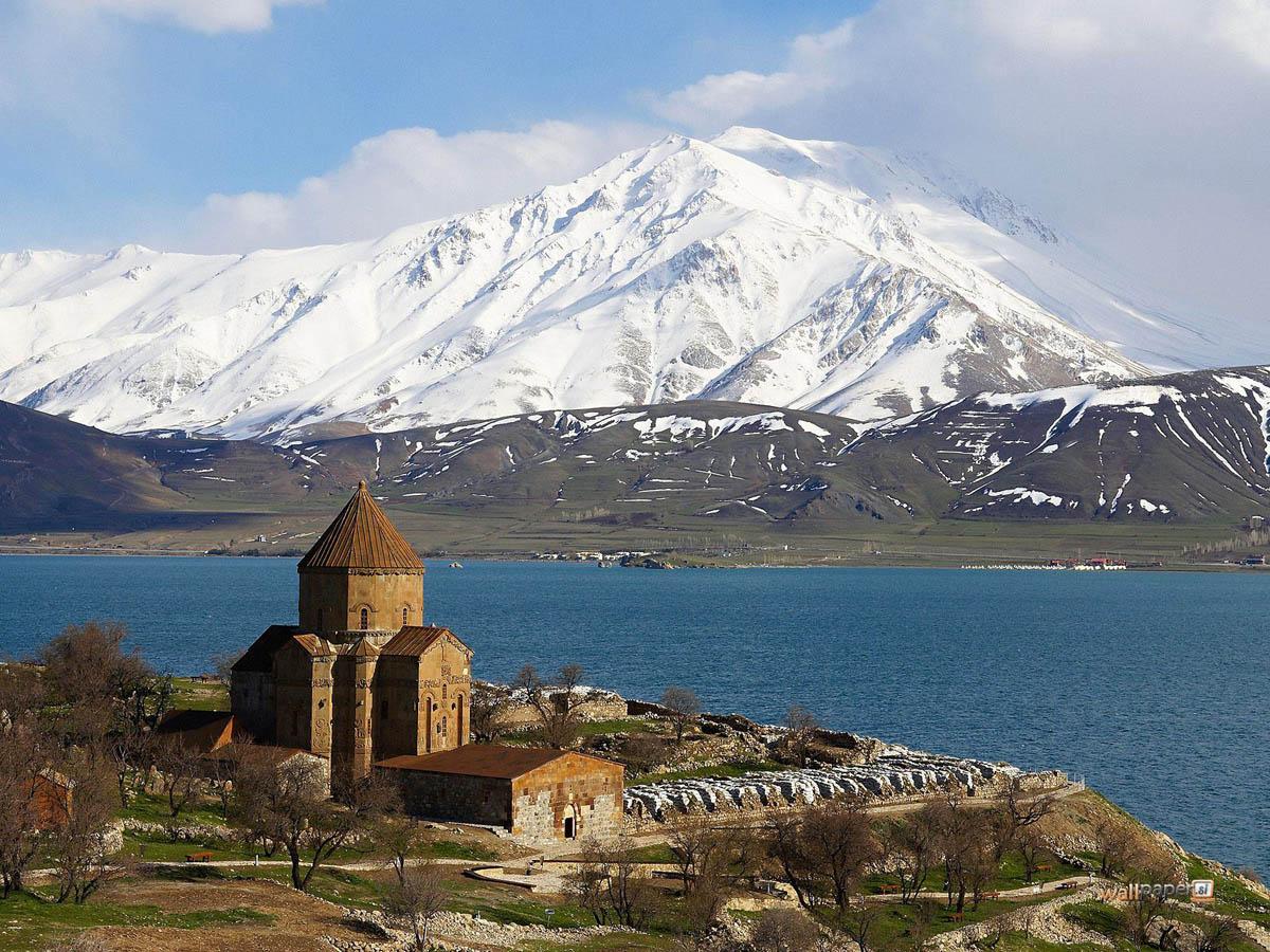 армянская церковь на озере Ван в Турции