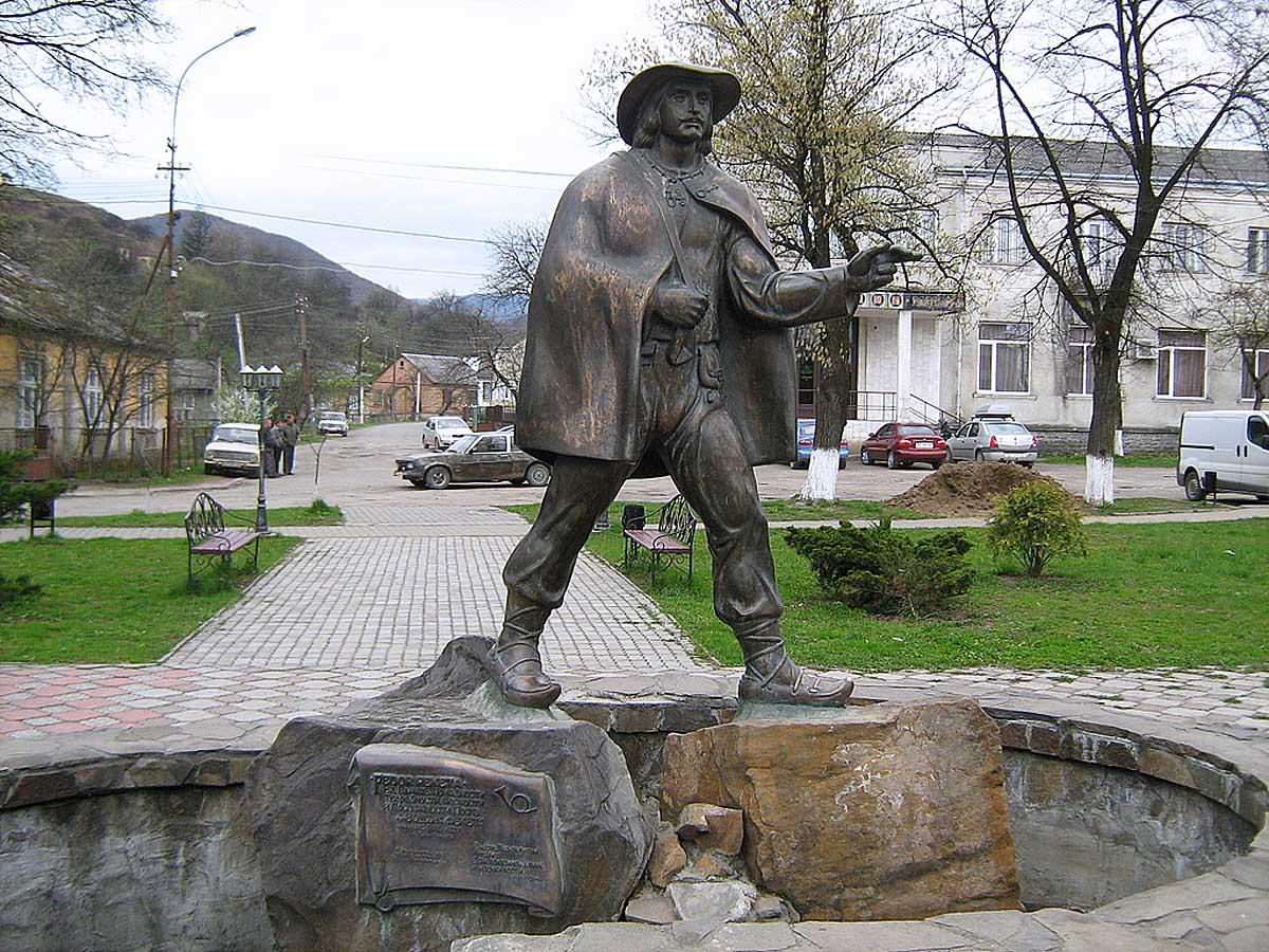 памятник почтальону в Перечине