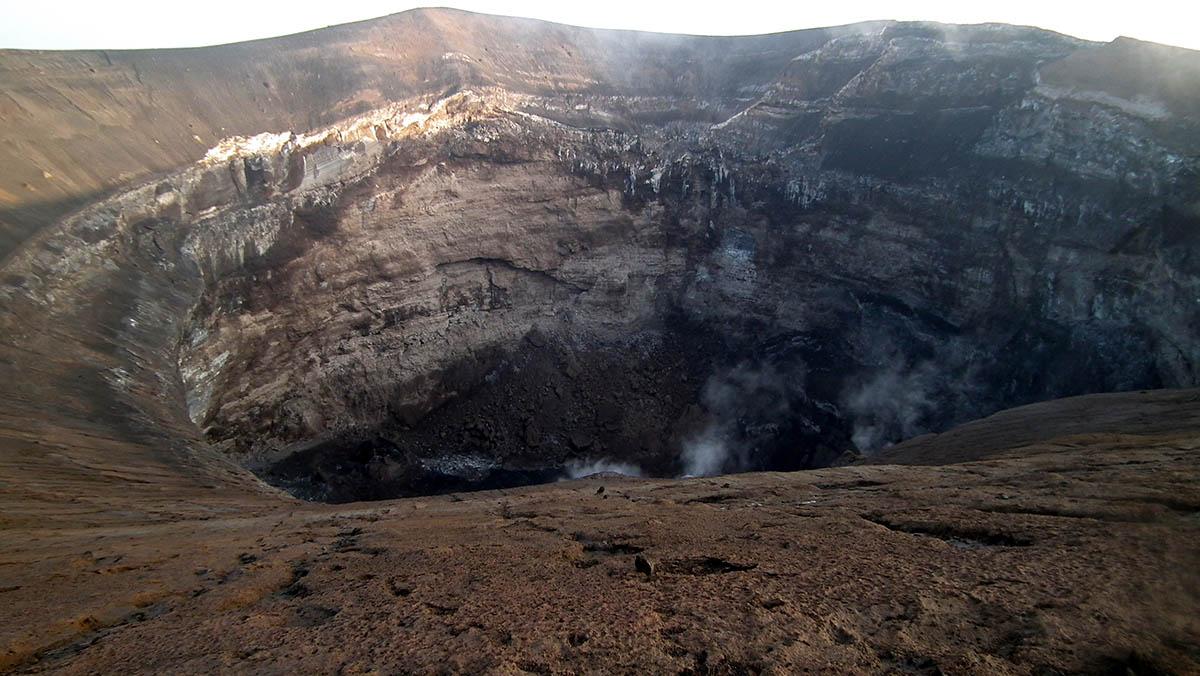 кратер вулкана Оль Дойньо Ленгаи