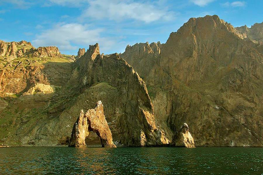 вид с моря на гору Карадаг, скалу Лев и Золотые Ворота, Коктебель, Крым