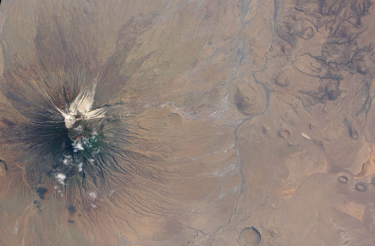 вулкан Оль Дойньо Ленгаи в Танзании, вид с высоты
