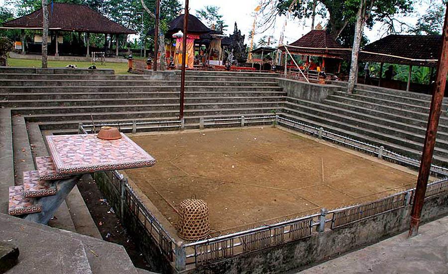 арена для священных петушиных боев у храма Пусеринг Джакат, Бали