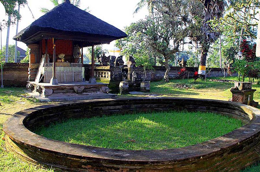 бассейн без воды у храма Пусеринг Джакат, Бали