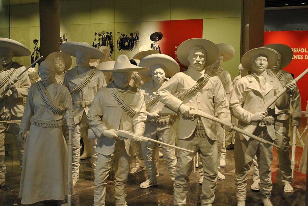 фигуры солдат в кубинском музее революции