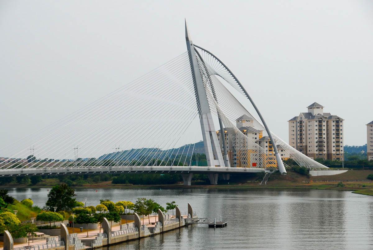 футуристический мост в Путраджайя