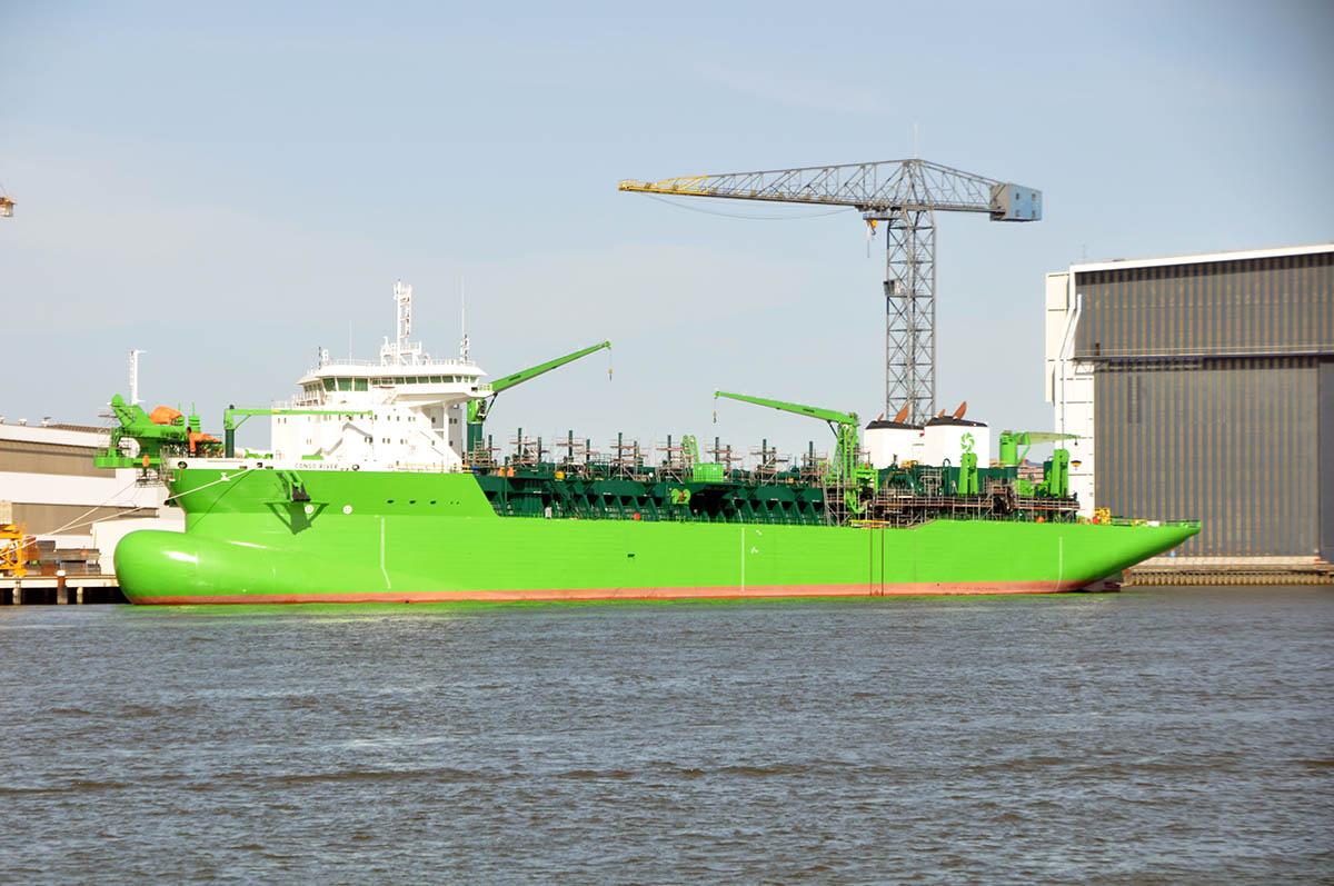 грузовое судно в речпорту на реке Конго