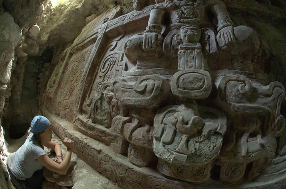 массивный рельеф в пирамиде, Гватемала