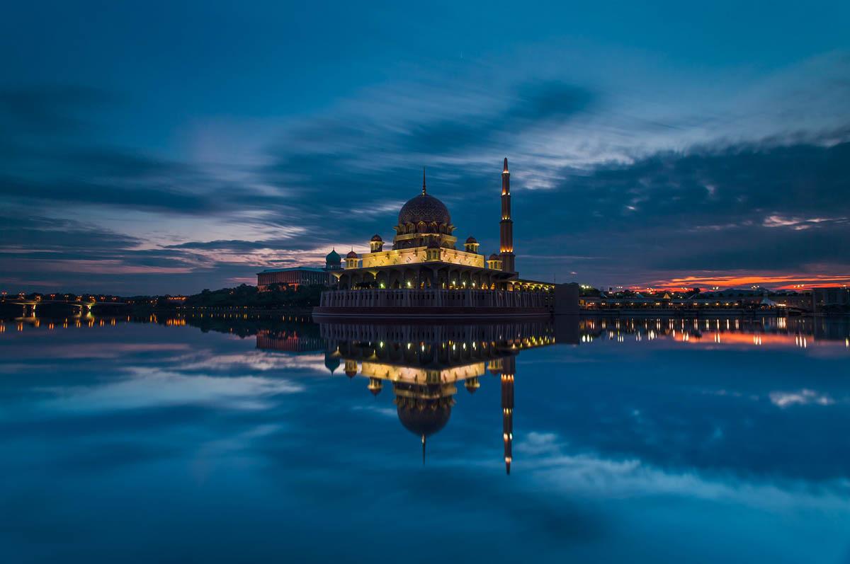 мусульманская мечеть в Путраджайя вечером
