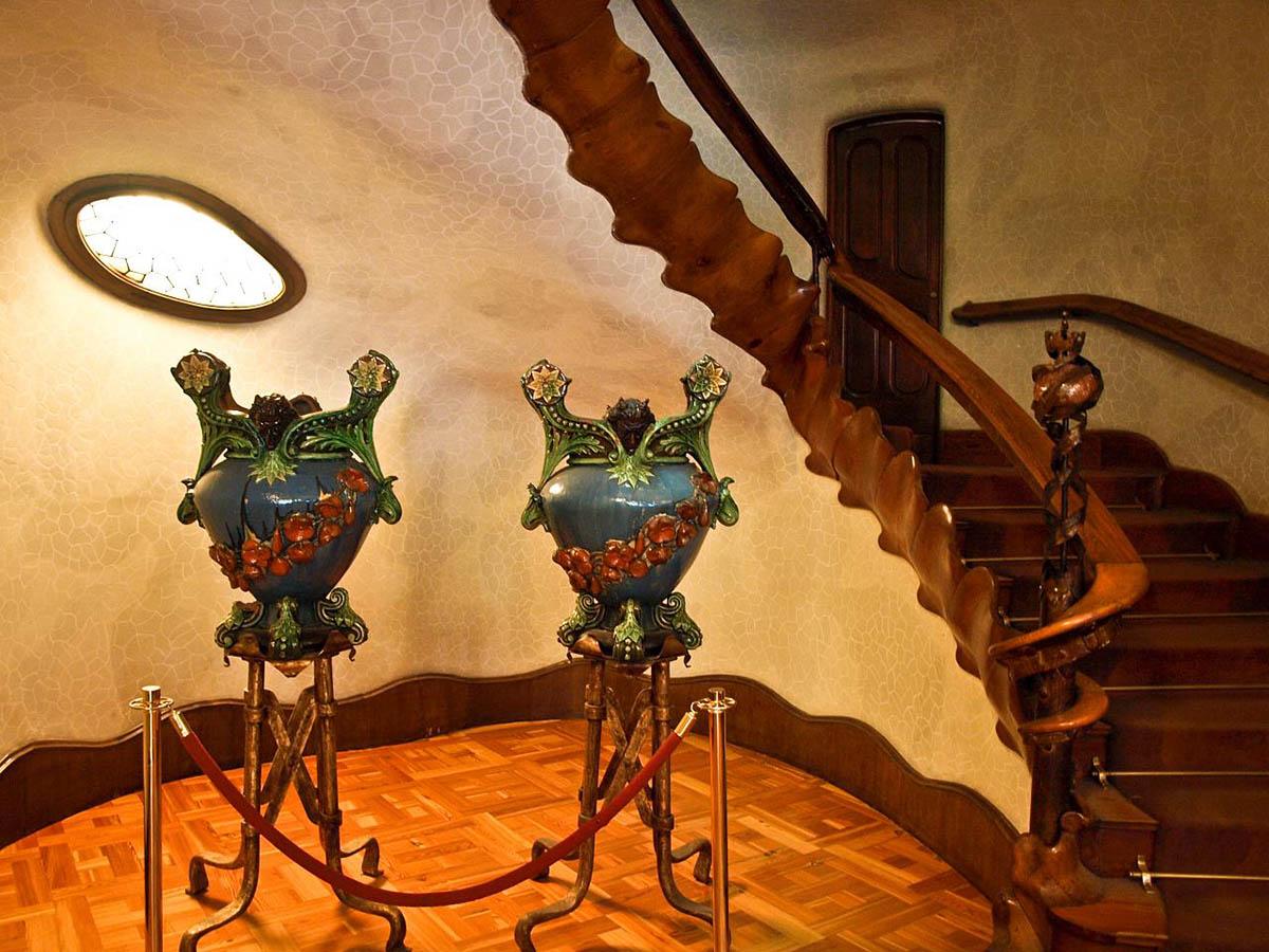 вазы и лестница в Доме Бальо