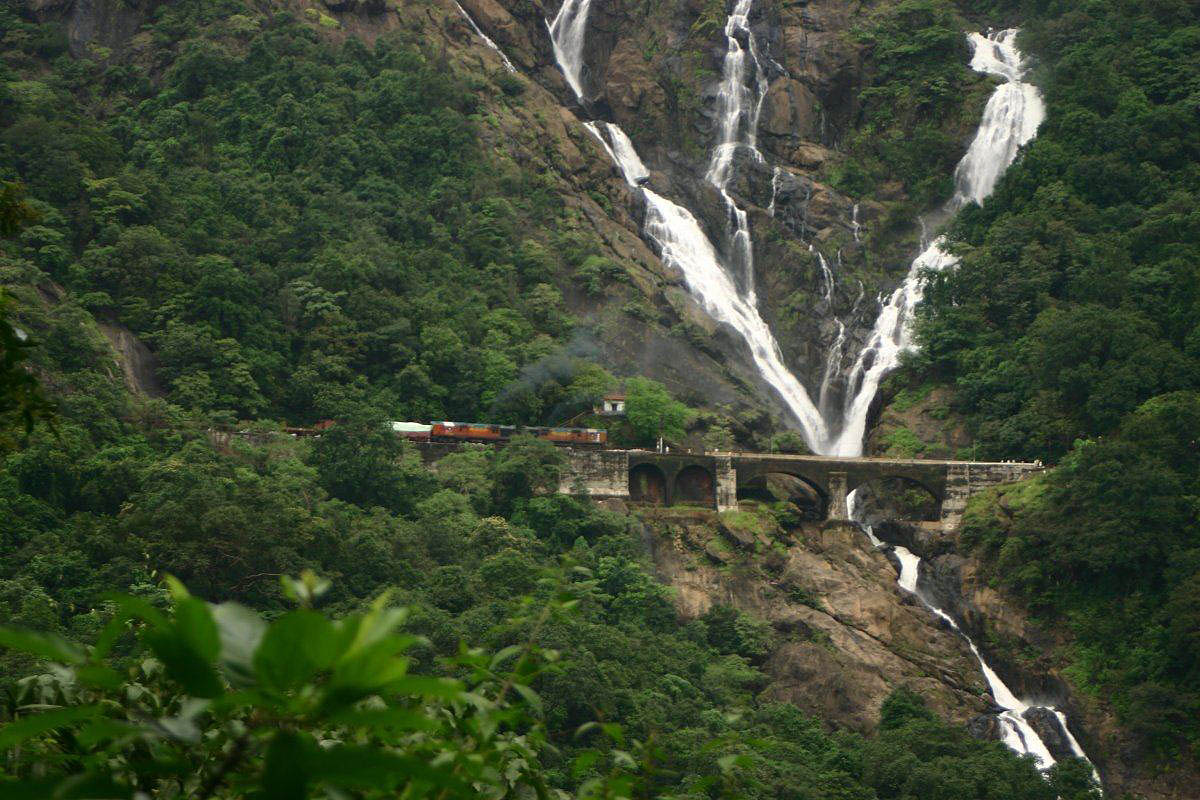 водопад Дудхсагар в Гоа