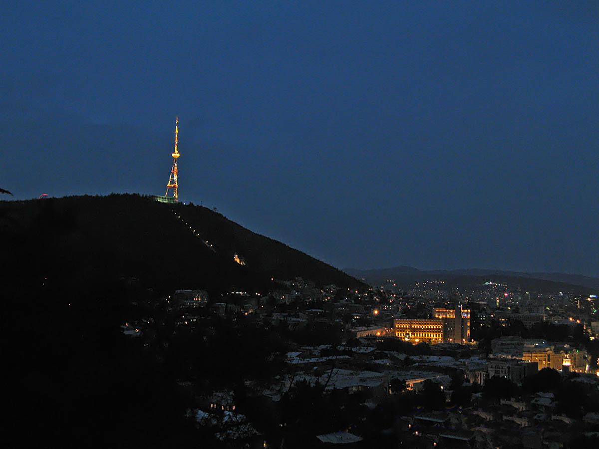 гора Мтацминда ночью