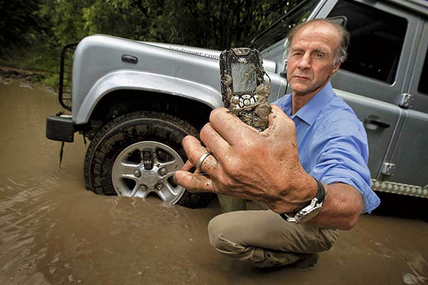 телефон в грязи