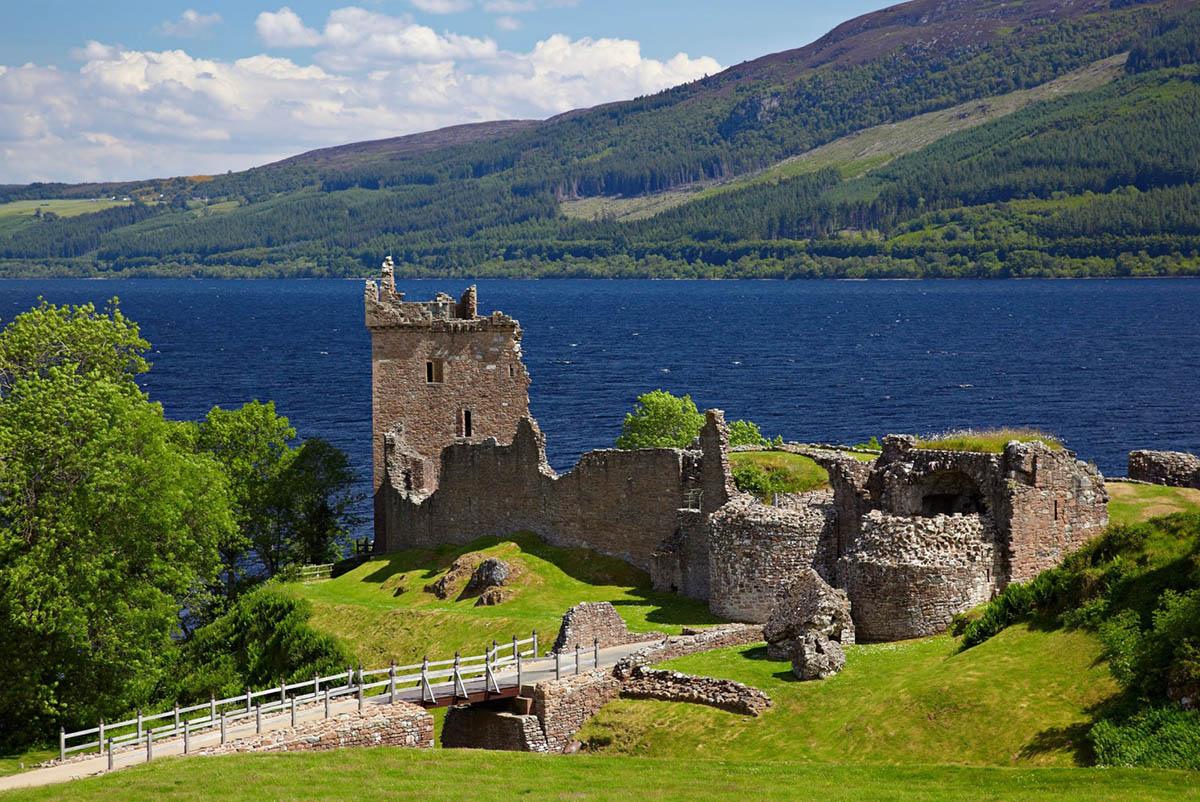 замок Уркхарт на озере Лох Несс, Шотландия