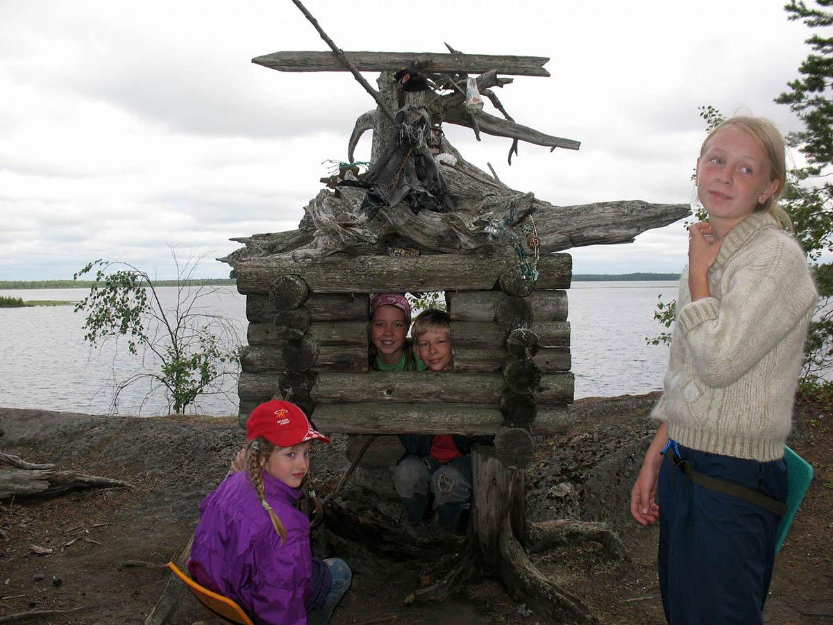 деревянная избушка в музее поделок на острове Добрых Духов в Карелии