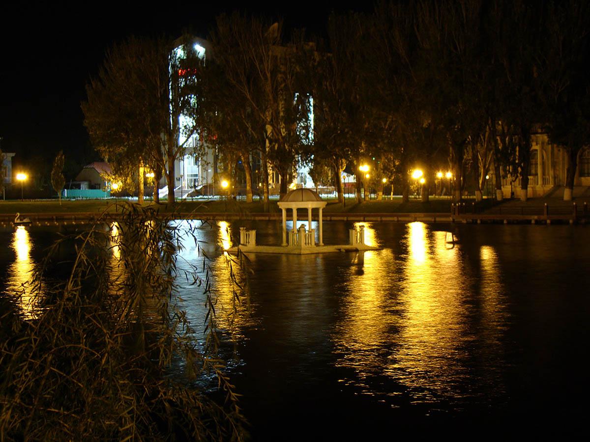 Лебединое озеро ночью, Астрахань