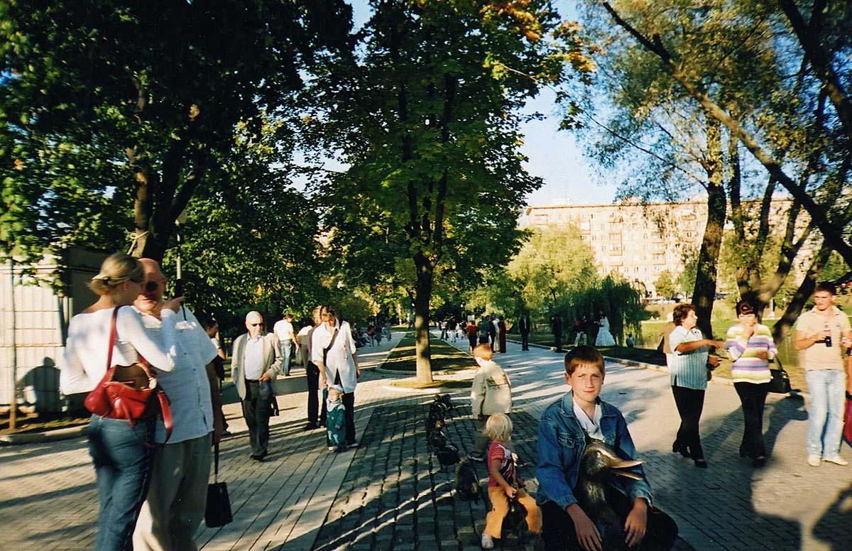 горожане в парке Новодевичьи пруды, Москва