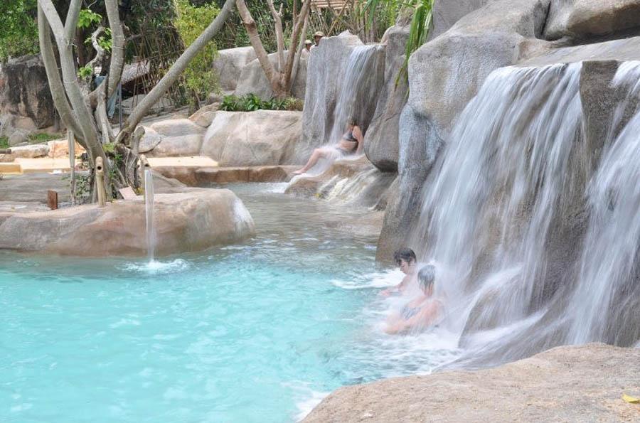 минеральный бассейн и водопад эко-курорта I-Resort