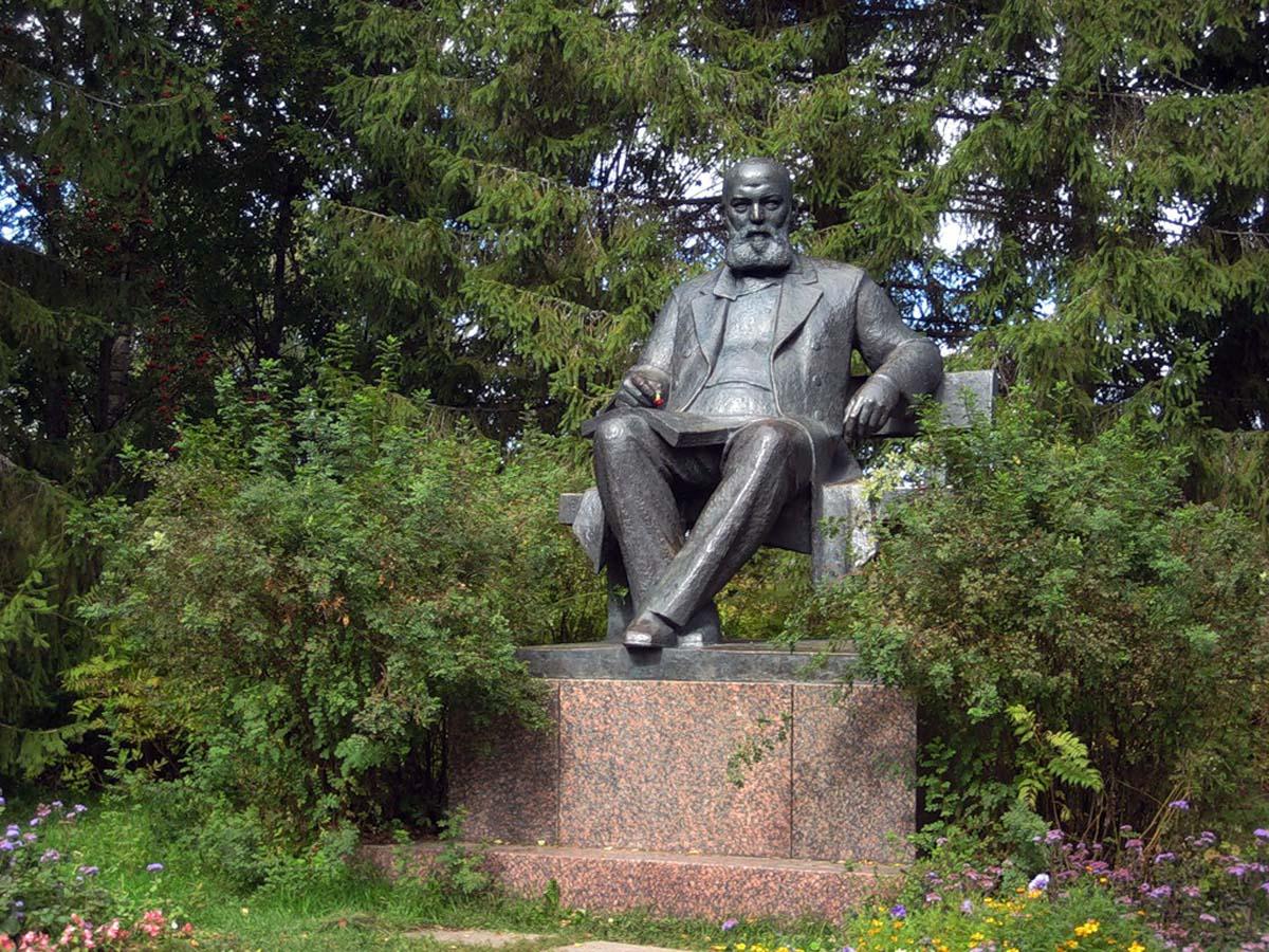 памятник Островскому в Щелыково