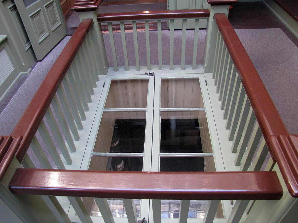 горизонтальная дверь в лестничном проеме