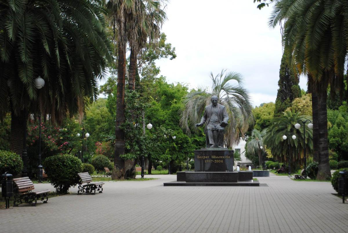 памятник Баграту Шинкуба на набережной Махаджиров