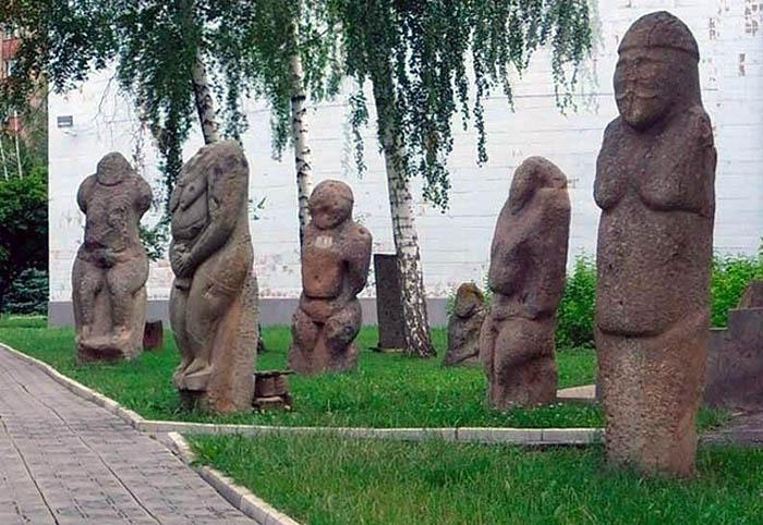 парк каменных статуй в Луганске