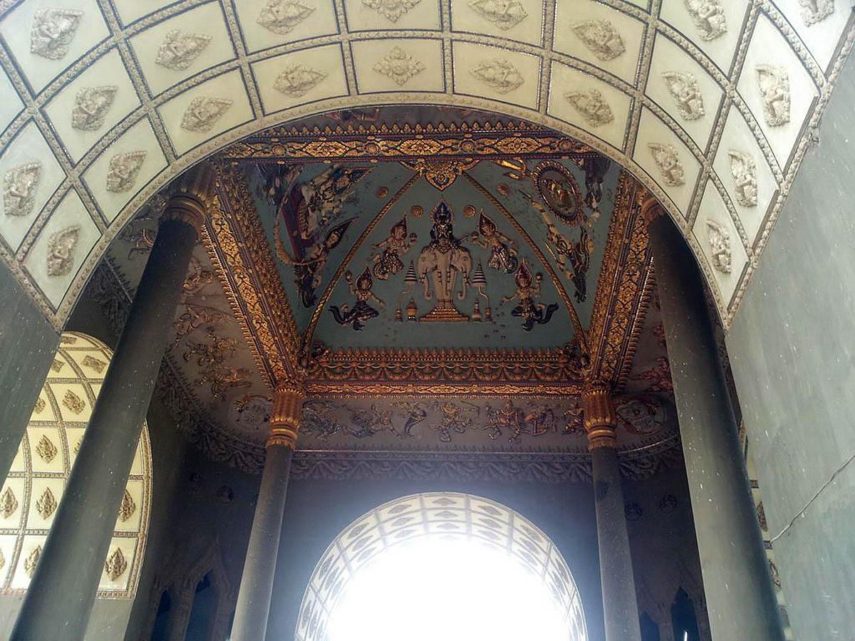 триумфальная арка Патусай внутри