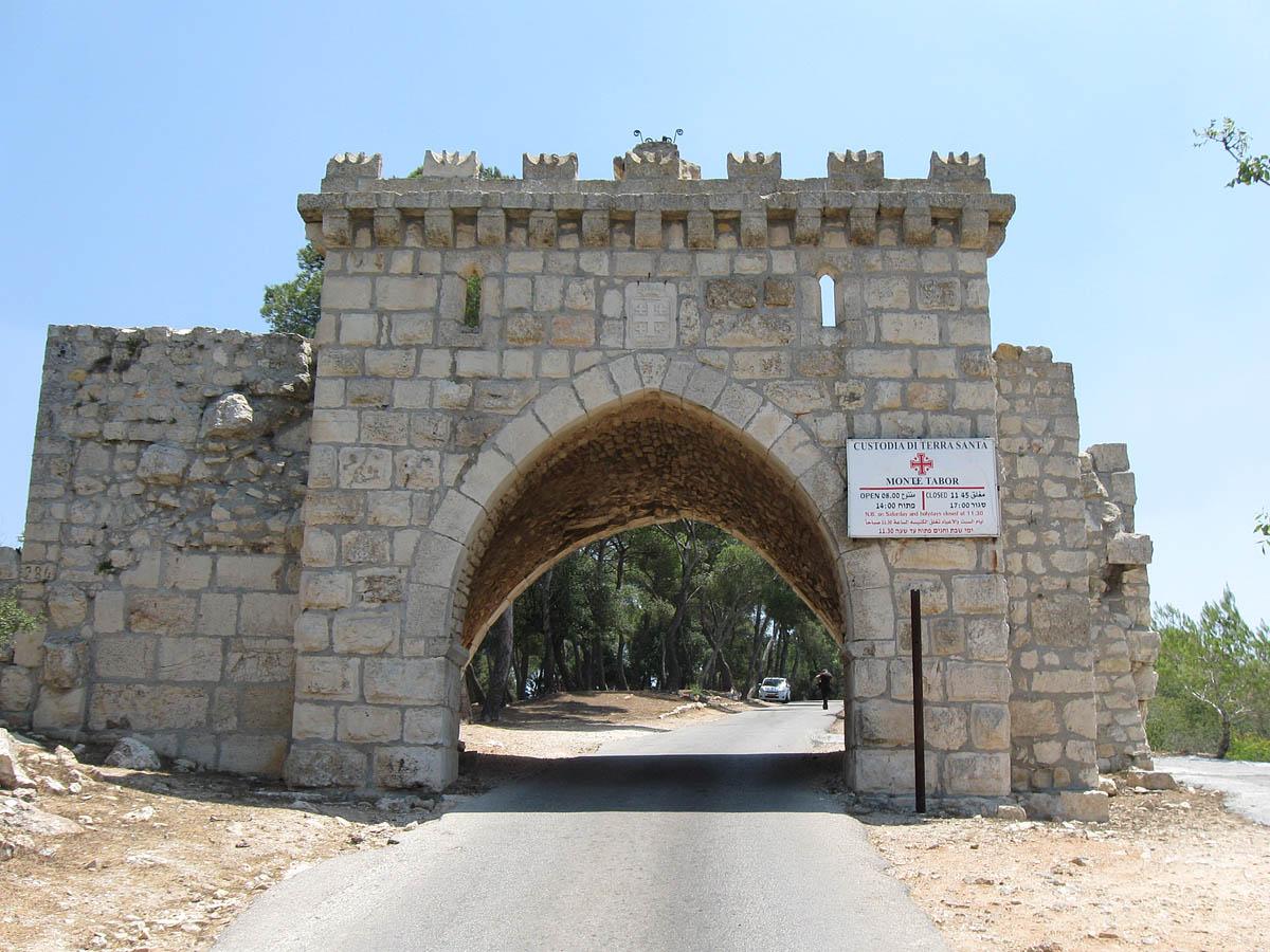 Ворота ветров на горе Фавор