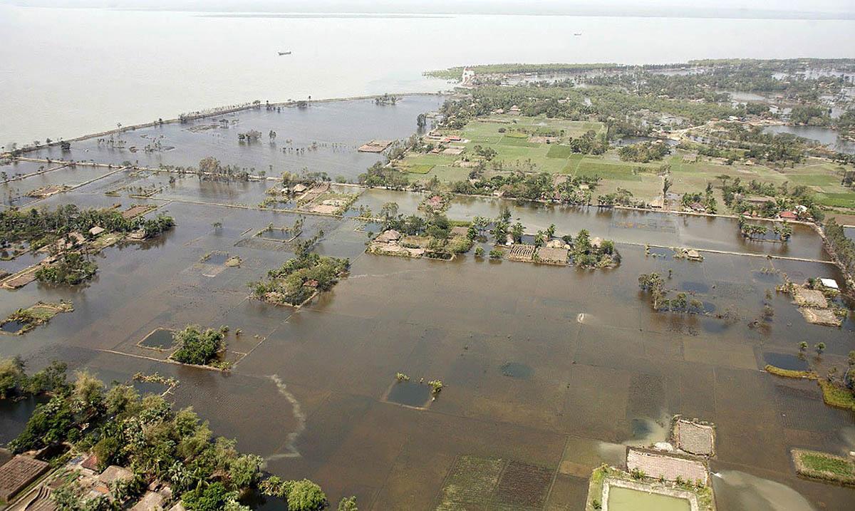 Затопленная деревня на острове Patharpatima в дельте Сундарбан после циклона
