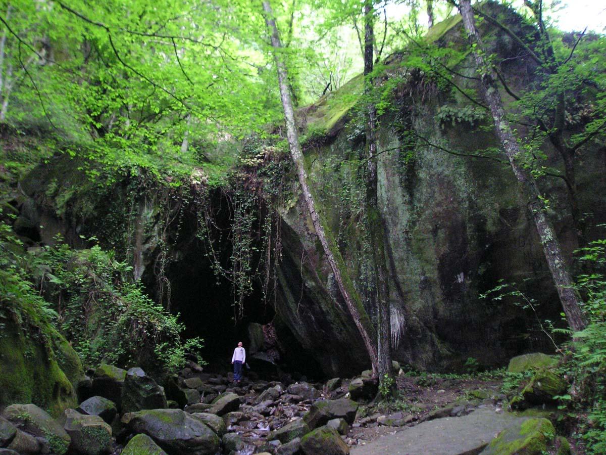 дольмен-монолит в ущелье Чудо-Красотка, Сочи