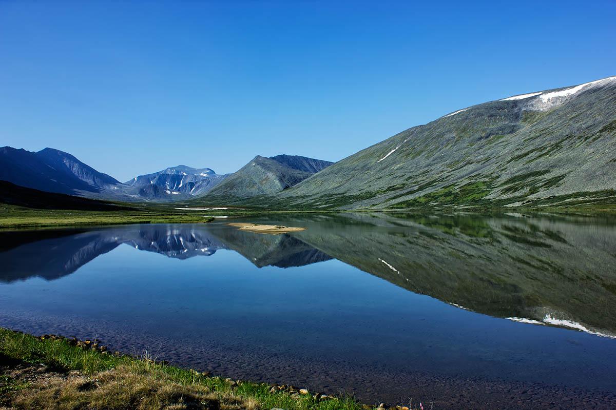 хребет Малдынырд и озеро Малое Балбанты