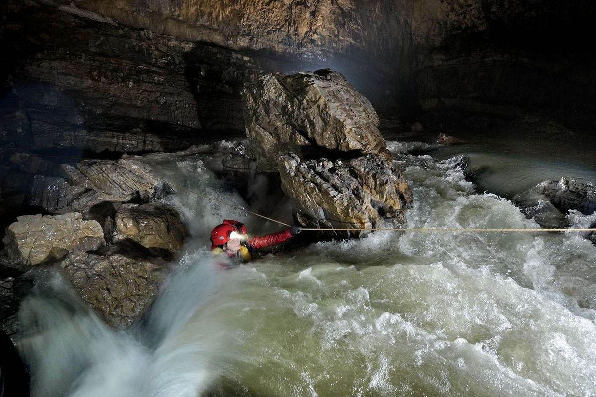 спелеолог в пещере Эр Ван Донг