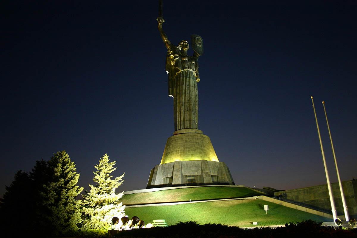 статуя Родина-Мать с ночной подсветкой