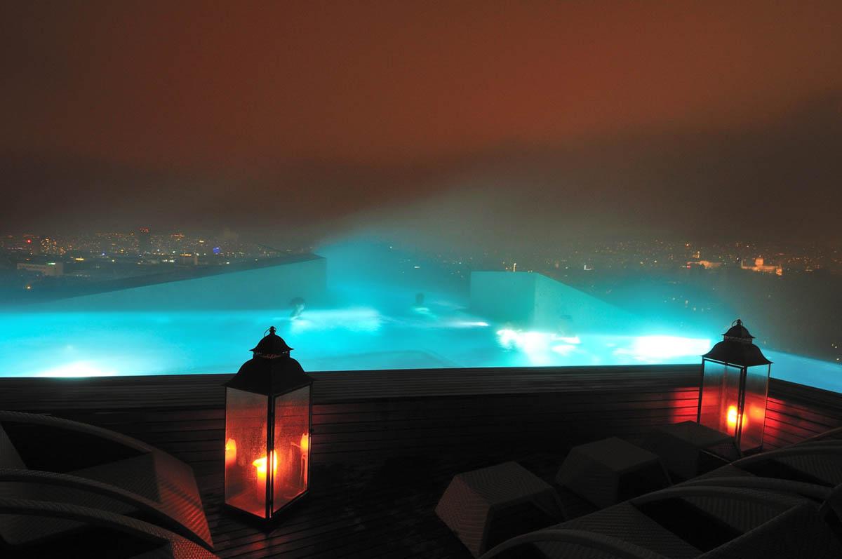 бассейн Thermalbad & Spa Z?rich ночью