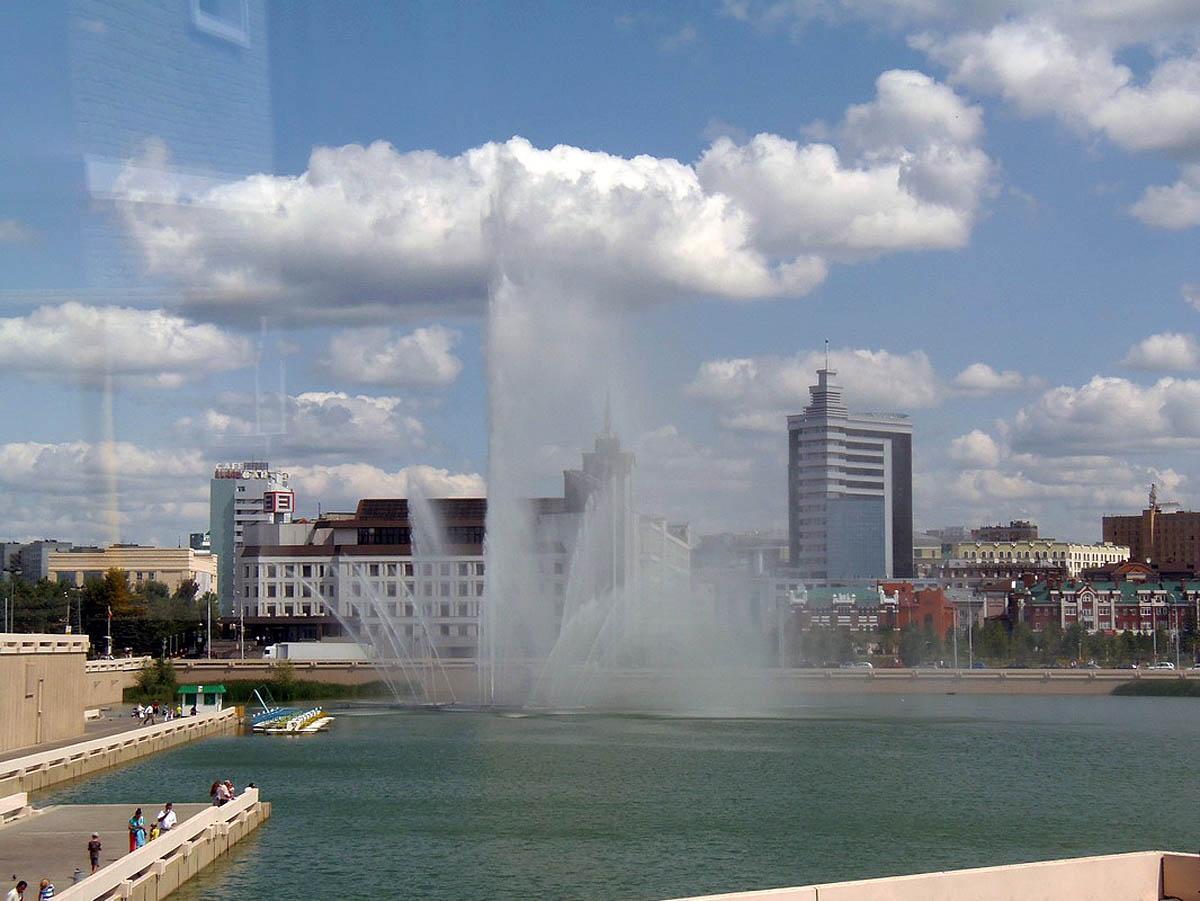 фонтан на озере Кабан